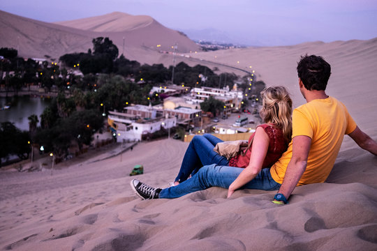 페루 사막의 로맨틱 커플