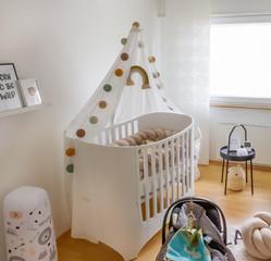 Moderner helles, Kinderzimmer mit Wiege