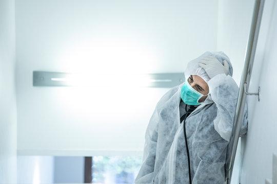 medico in prima linea con mascherina e protezione e disperato e stremato dalla stanchezza
