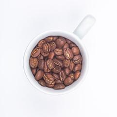 Vue de dessus d'une tasse remplie de grains de café