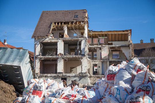 Abbrucharbeiten mit Asbestentsorgung