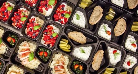 Obraz Zdrowa dieta pudełkowa sniadanie obiad lunch box, na dowóz, na wynos, pełnowartościowy, zbilansowany fit posiłek na cały dzień  - fototapety do salonu