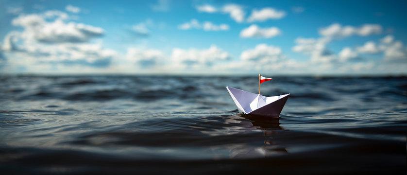 Papiershiff auf dem weiten Meer