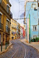 Printed roller blinds Eastern Europe stretto vicolo caratteristico acciottolato nel quartiere Alfama nella città di Lisbona in Portogallo. E' un luogo molto apprezzato dai turisti raggiungibile dal famoso tram n. 28