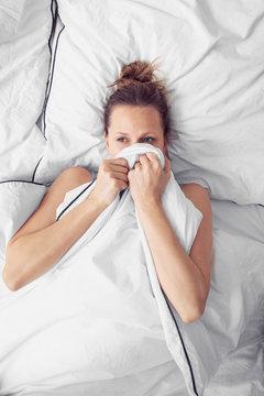 ängstliche Frau in Bett krank