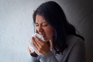 Paciente femenino mexicano con síntomas de gripe con mascarillas. Examen médico o chequeo corporal. Prevención de brotes de coronavirus (COVID-19). Concepto de salud Wall mural