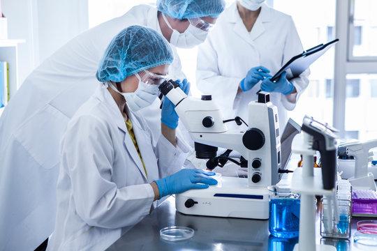 医薬品を開発するチーム
