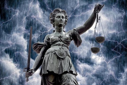 """Die """"Justitia"""", das Wahrzeichen der Gerichtsbarkeit vor dramatischem Himmel"""