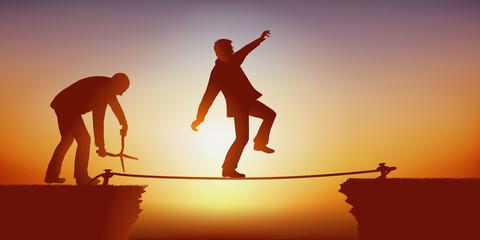 Un homme tente de franchir un obstacle en équilibre sur une corde, tandis qu'un de ses adversaires la coupe avec des ciseaux pour l'empêcher d'atteindre son objectif.