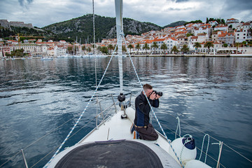 Fototapeta Fotograf robi zdjęcia na dziobie łodzi obraz