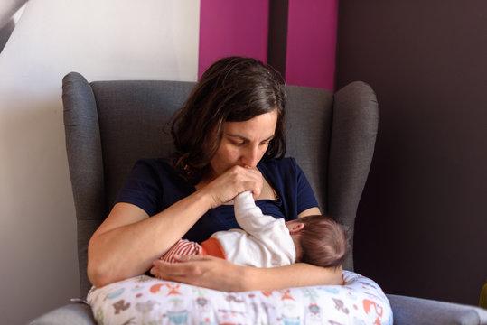 Bebé recién nacido en brazos de su madre