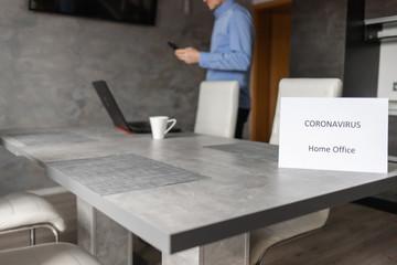 Fototapeta Praca w domu z powodu Coronavirus, Home Office - Covid-19, pracownik przy laptopie obraz