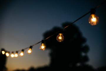 Lichterkette Glübirne bei Nacht Fototapete