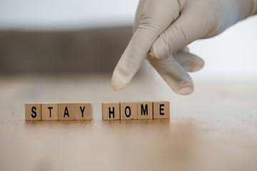 Door stickers London Konzeptbild: Hand mit Einmalhandschuh zeit auf die Worte Stay home