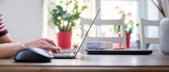 Frau benutzt Laptop zu Hause, Home office Quarantäne, Ausgangssperre, Online Business,  Fototapete