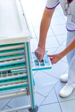 Infirmière distribue les médicaments à la maison de retraite ehpad