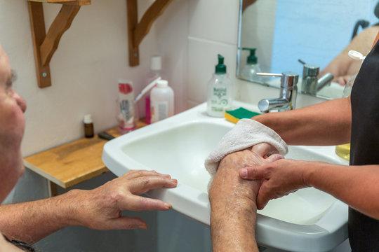soins d'hygiène lavage des mains à domicile aide-soignant infirmière