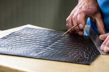 Zuschnitt von Krokodilleder für Luxustaschen Fotoväggar