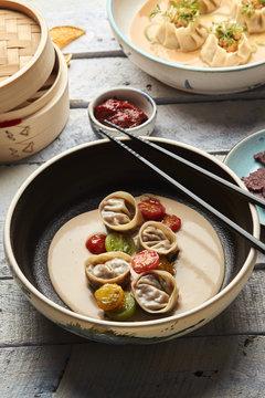 Jiaozi de escalibada Vegetales rostizados al estilo catalán, ajo blanco de coco, tomates heirloom, ponzu de caramelo