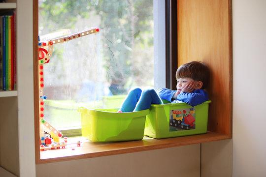 Ein vierjähriger Junge sitzt gelangweilt in seinem Zimmer am 18.03.2020.