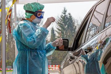 Krankenschwester nimmt einen Rachen, Nasen Abstricht für einen Coronaviren Test