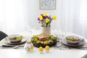 Poster de jardin Narcisse Festive Easter table setting with beautiful flowers and eggs indoors