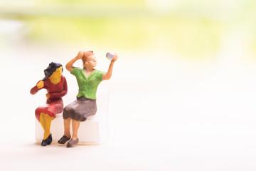 スマートフォンで自分たちを撮影する女性たち