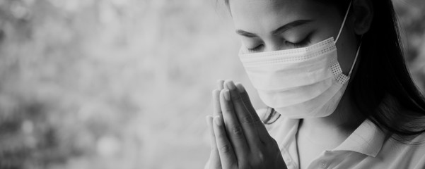 Thai woman wearing a mask to protect the virus, Covid 19 Praying for blessings from God for the world to be safe from this epidemic. Fotomurales