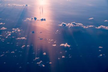 飛行機からの夕日の写真