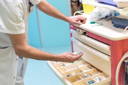 Chariot d'urgence médical produits injectables office infirmier médecin prendre flacon hôpital