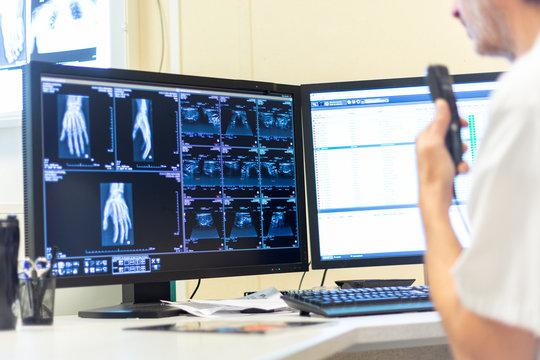 Radiographie échographie médecin radiologue diagnostic examen imagerie médicale au dictaphone