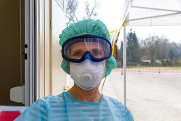 Krankenschwester an einem Coronavirus,  Sars-CoV-2, Test Drive In