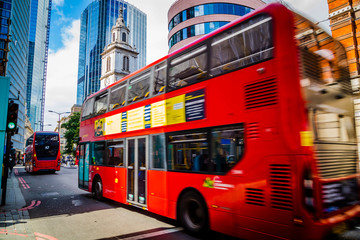 Fotorollo London roten bus Modern and old architecture in the City of London