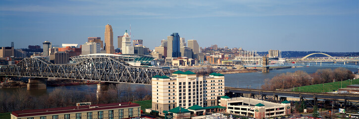 Fototapete - Panoramic afternoon shot of Cincinnati skyline, Ohio and Ohio River as seen from Covington, KY