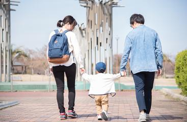 手を繋いで歩く家族 Fotomurales