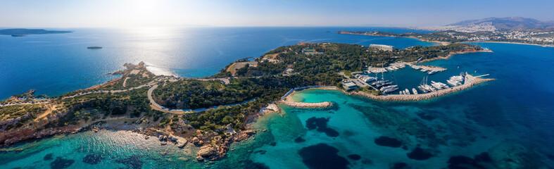 Wall Mural - Aerial Panorama des berühmten Astir Strandes im Bezirk Vouliagmeni an der südlichen Athen Riviera mit Yachthafen, Hotels und türkisem Meer, Griechenland