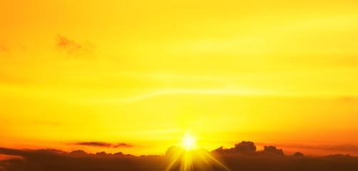Zelfklevend Fotobehang Geel paisaje de un atardecer anaranjado