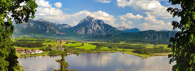 Papiers peints Taupe Panorama Landschaft in Bayern mit See und Berge im Allgäu