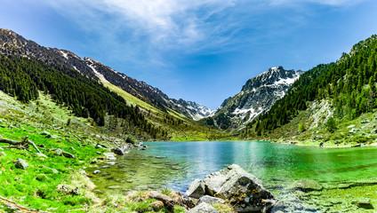 Gebirgssee mit klarem Wasser im Gebirge
