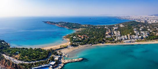 Wall Mural - Luftaufnahme des Astir luxus Strandes und des Vouliagmeni Strandes an der südlichen Riviera von Athen, Griechenland, mit türkisem Meer und blauem Himmel