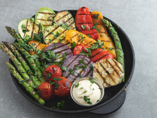 Fototapete - grilled vegetables white sauce asparagus, zucchini, pepper, onion, tomatoes