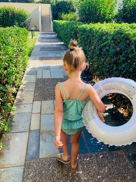 Mädchen auf dem Weg zum Pool