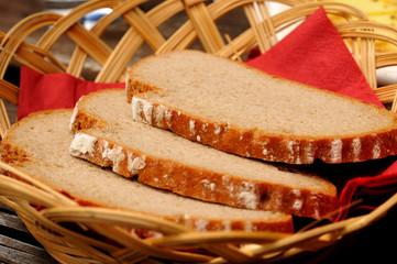 Brotscheiben in einem Brotkorb