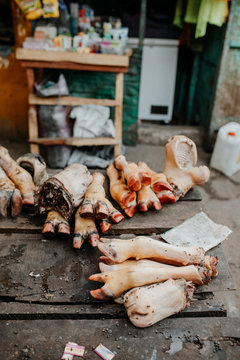 Fleisch auf afrikanischem Markt in Gambia