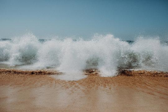 Hellblaue große Wellen am Strand mit blauem Himmel , Fuerteventura Meer