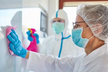 Desinfektion und Reinigung in Klinik mit Covid-19 Patienten