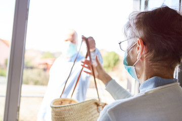 Keuken foto achterwand Wanddecoratie met eigen foto Seniorin in Quarantäne bekommt Lebensmittel Lieferung