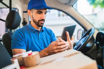 Delivery man driver using digital tablet. Fototapete