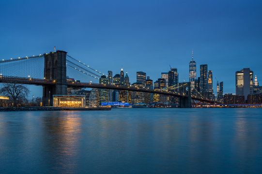 Brooklyn Bridge und New York Panorama am Abend