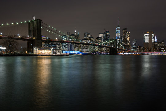 Brooklyn Bridge und New York Panorama bei Nacht